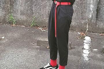コーデの差し色、赤色ソックスがオシャレ