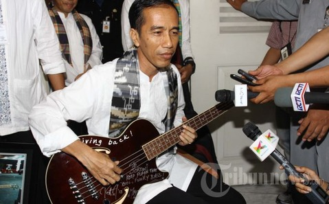 20130503_Jokowi_Tunjukan_Gitar_Bass_Metallica_1435