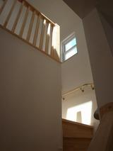 光の差し込む階段