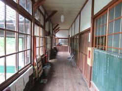 11旧内久保小学校廊下2