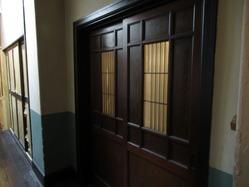 18辻徳商店2階廊下側扉