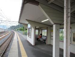 19八木駅舎ホーム待合