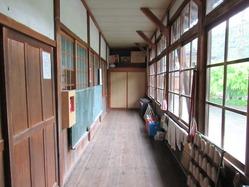 10旧内久保小学校廊下1