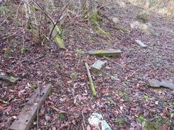 9兵舎跡斜面の廃材