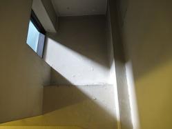12辻徳商店階段小窓