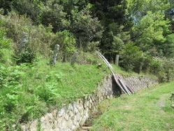 4下安久弾薬本庫擁壁と石製柵柱