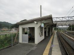 18八木駅舎ホーム待合