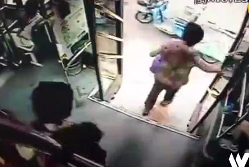 走行中のバスから女性が転落