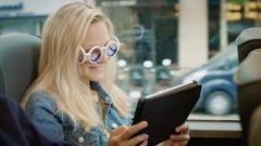 シトロエンが「乗り物酔いを防ぐメガネ」を開発、99ユーロで販売中