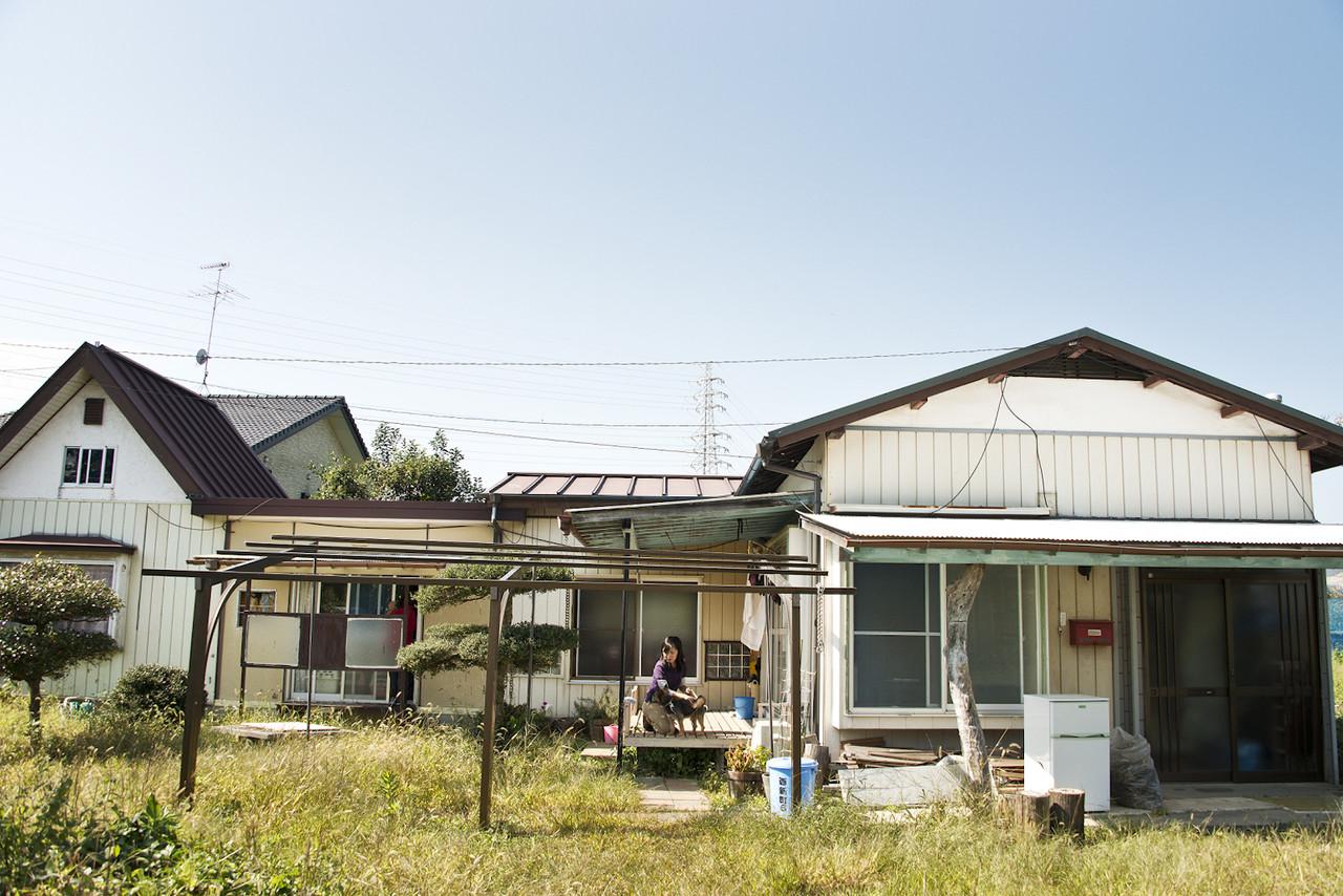 活動拠点外観。家屋の右側に畑がある