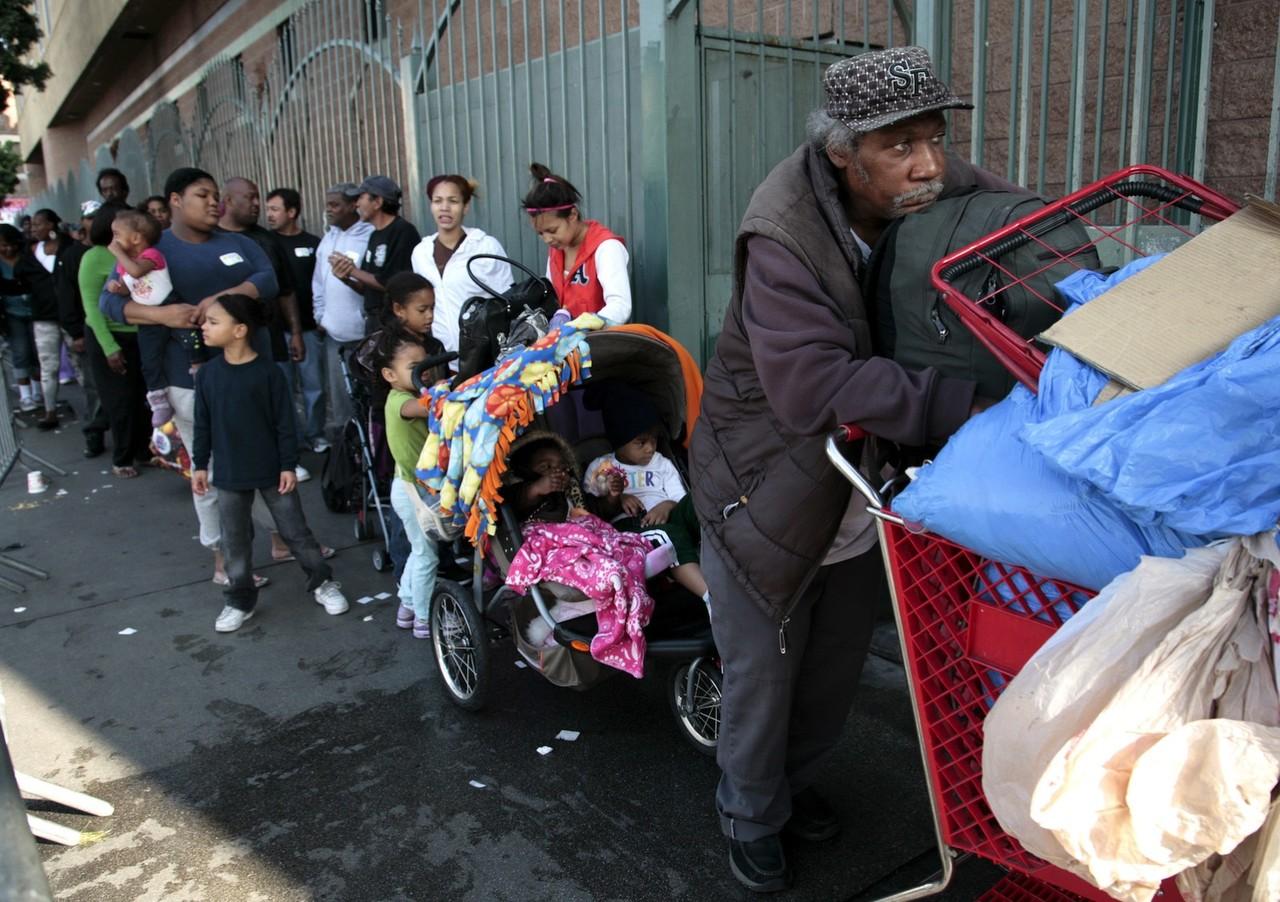 LA skid Row making line for food