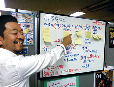 「虹色ラウンジ」で、ファシリテーターをつとめる副代表理事の風間孝さん