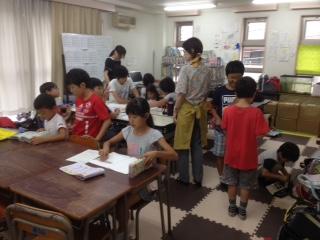 研修中の若者と学童の子ども達