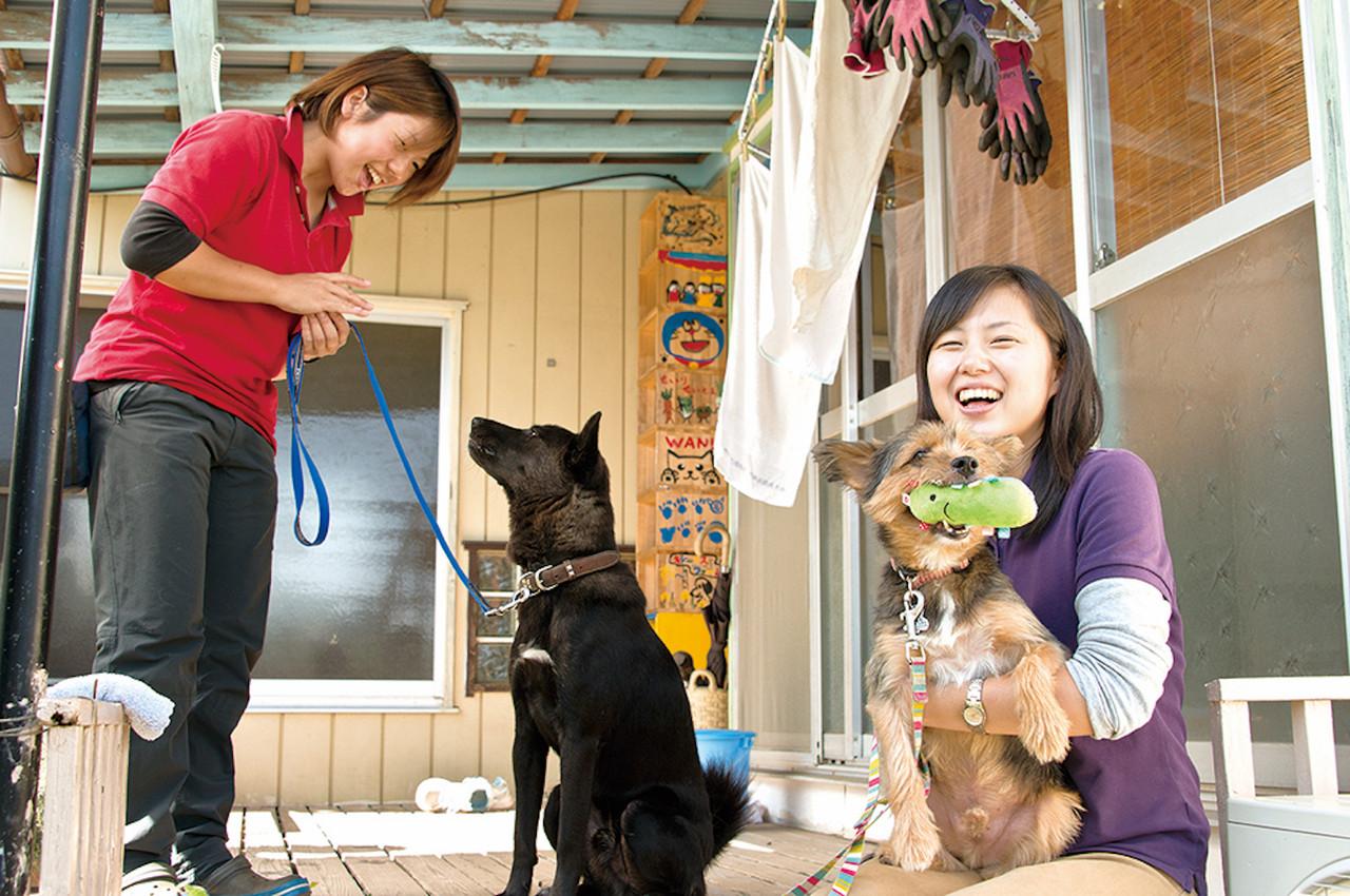 ドッグトレーナー山田有紀子さん(左)と代表の上山琴美さん