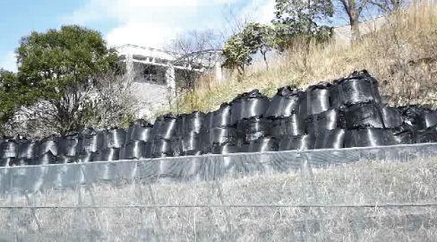 富岡町役場前に仮置きされた除染廃棄物