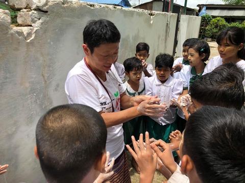 子どもたちに手洗いの指導