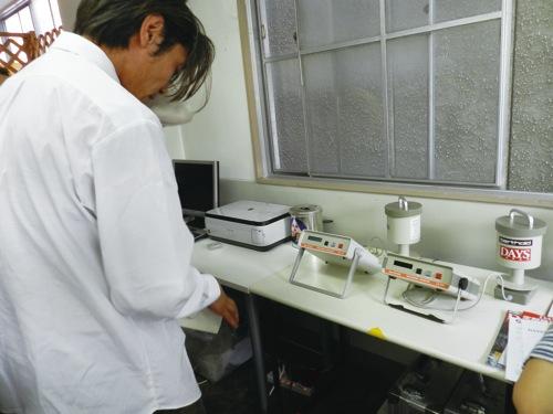オープンした市民放射能測定所に設置されたベクレルモニター=7月17日