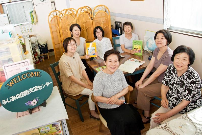 理事長石井ナナヱさん 手前中央 とメンバーの皆さん