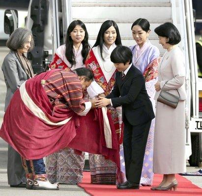 【画像】悠仁親王、ブータンで美人王女らに取り囲まれ最敬礼されご満悦