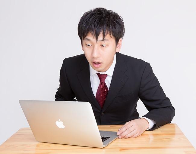 PCを見てヤバイことになったという表情をするサラリーマン