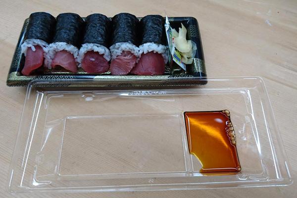 パック寿司の蓋を醤油皿にする女