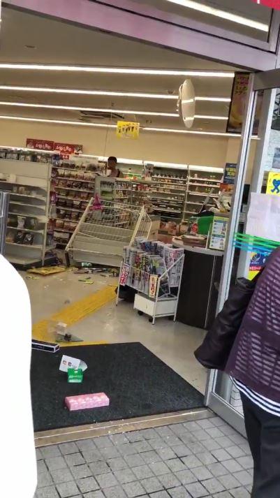 大阪のコンビニで客が大暴れ 商品を破壊しめちゃくちゃに ファミマ広報「何も答えられない」