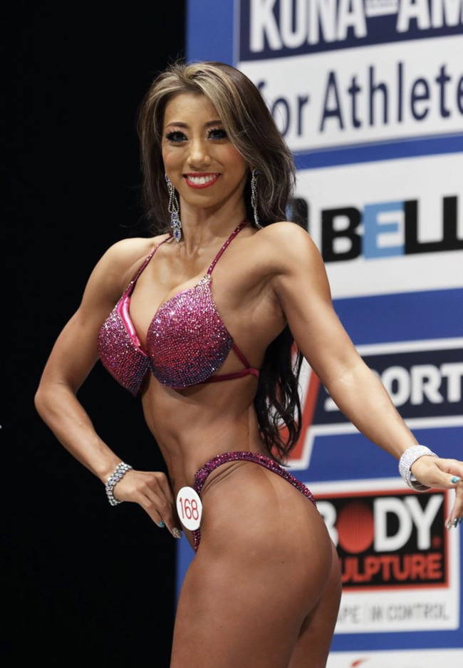 それではここで女子ボディビルダーの美人OL安井友梨さん(34)をご覧頂こう