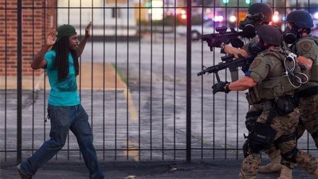 【悲報】黒人さん、ベンツの中で寝ていた罪で射殺されてしまう…