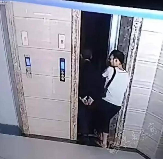 【動画】なかなかエレベーターが来ないためドアを無理矢理開ける 義父「よし乗ろうか」 → 死亡