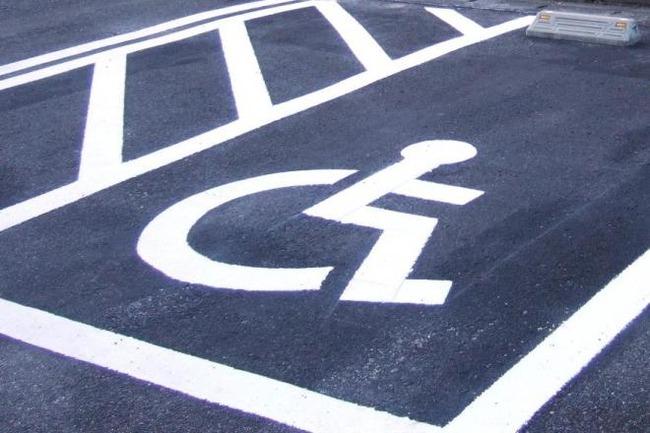 【悲報!】障害者用の駐車場に止めていた車カスをパンクさせた正義マン逮捕される!ふざけんな警察