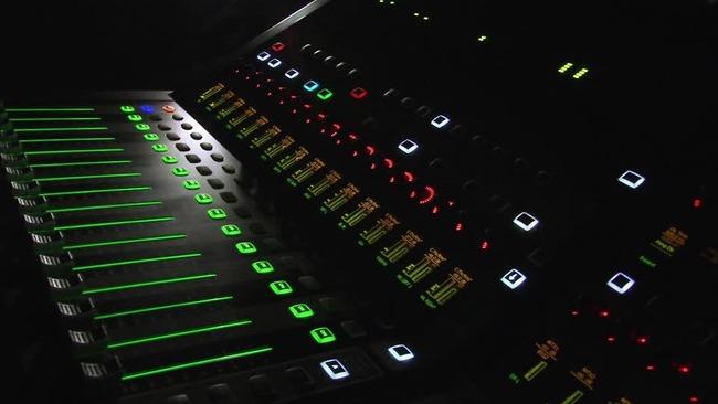 502516409-音楽スタジオ-調整器-ミキサー-点滅