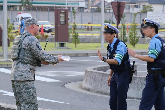 【画像】米軍「お前ら疲れたろ水飲むか!」警官「すみません仕事中なんでちょっと...」 日本ちょっと変じゃね?と話題に
