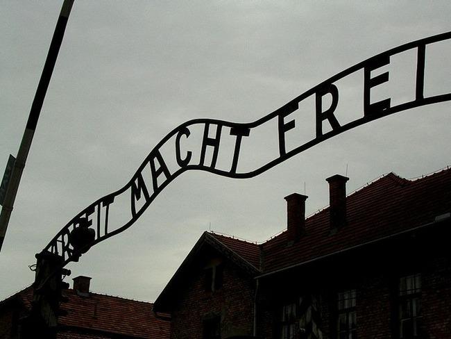 800px-Auschwitz_gate_june2005