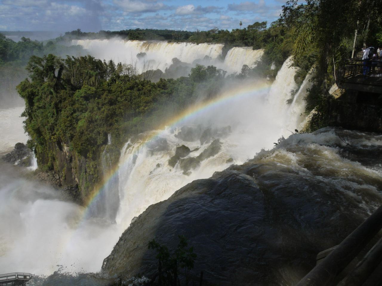 森を削り取るイグアスの滝