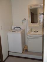 改装後にスペースが出来たので洗面台と洗濯機を置きました。