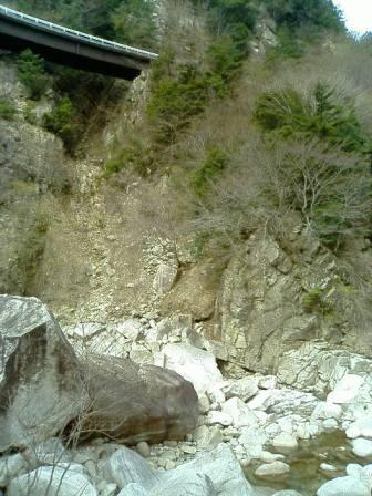 赤坂谷出合から見上げる林道橋脚