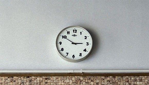 アナログ時計では時間がわからない。文字盤の針が読めない生徒が多い為、イギリスの学校がアナログ時計を撤去