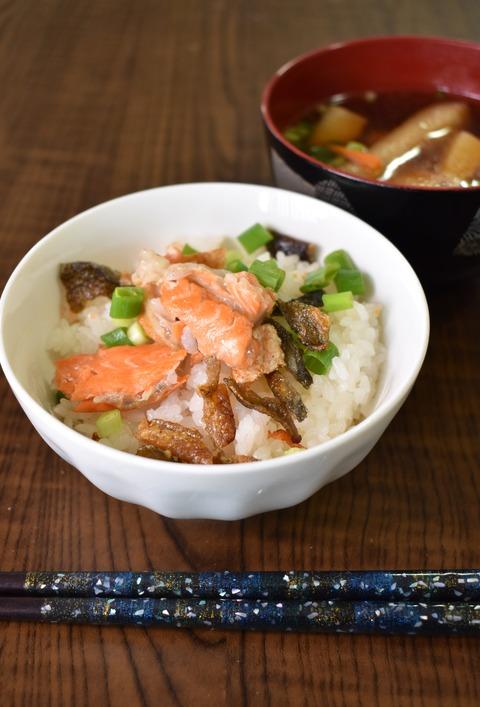 鮭のあらで炊き込みご飯 (1)