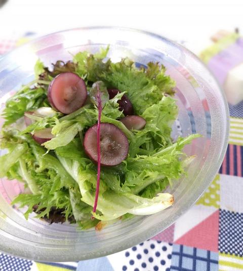 ベビーリーフとブドウのサラダ (1)