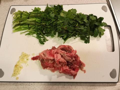 パクチー牛肉のエスニック炒め (2)