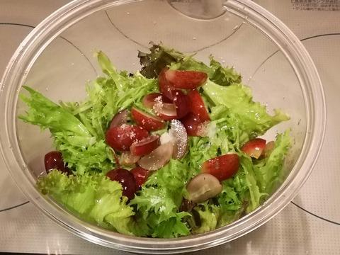 ベビーリーフとブドウのサラダ (3)