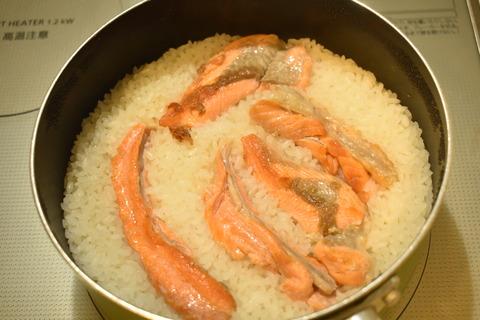 鮭のあらで炊き込みご飯 (7)