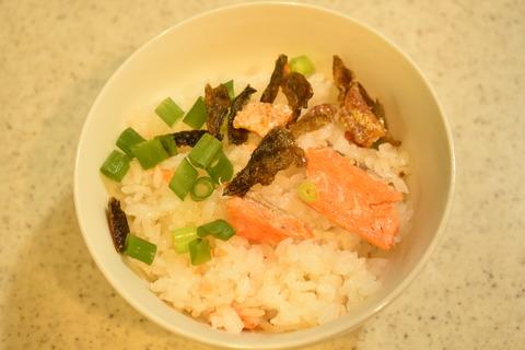 鮭のあらで炊き込みご飯 (10)