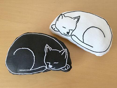 ネコの肘枕(ひじまくら)