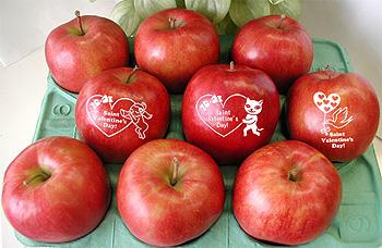 バレンタインに甘い香りの「告白りんご」(絵文字入り)