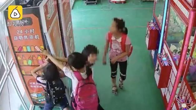 【動画】中国の幼女さん、集団で自販機を襲い飲み物を山分けする