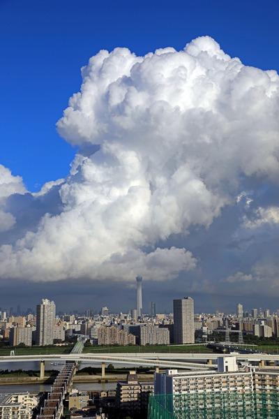 大きな雲と東京スカイツリーと虹の端