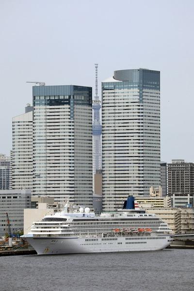 東京スカイツリーと飛鳥Ⅱ