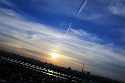 飛行機雲の影と東京スカイツリー