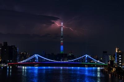 清洲橋と東京スカイツリーと雷